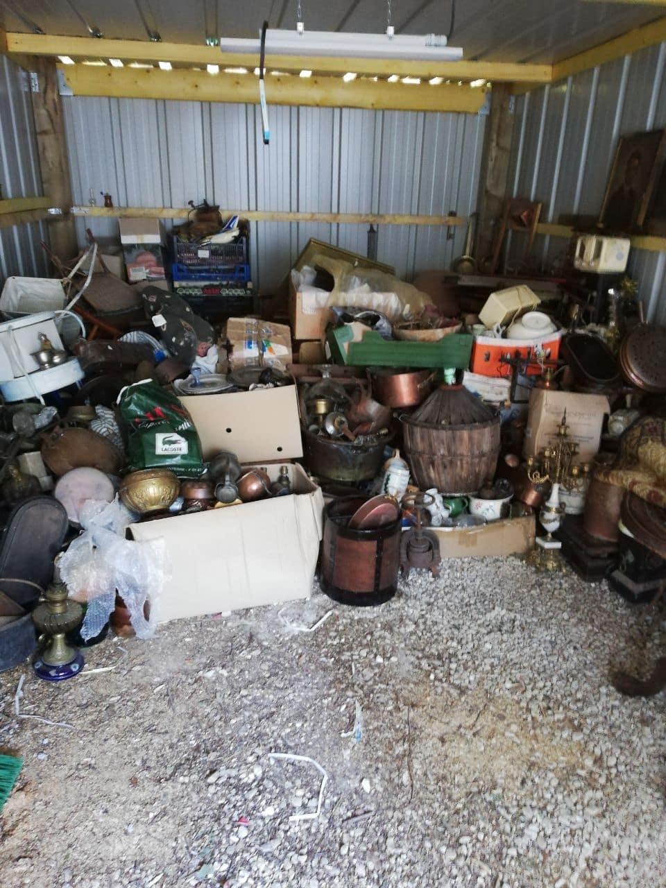 une cave encombrée de bibelots et objets